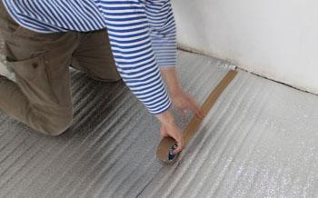 Процесс укладки подложки под теплый пол