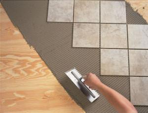 Укладка плитки на деревянный пол у себя дома